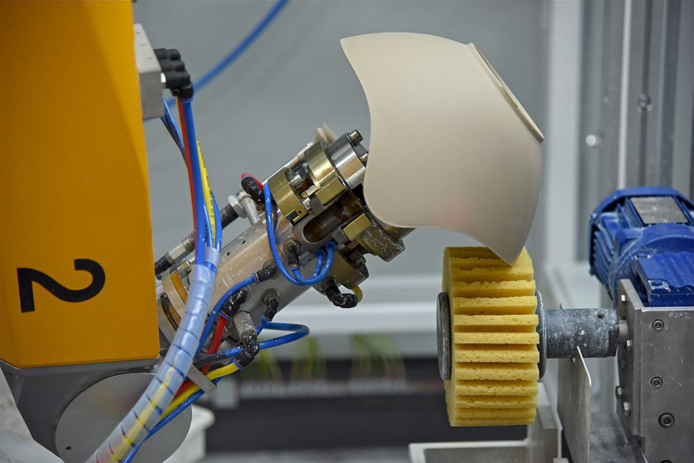 Stäubli RX160 robotic arm in porcelain production